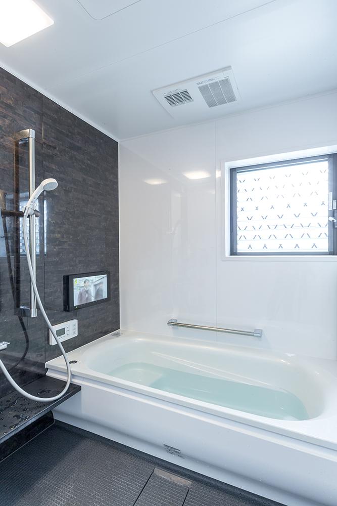 新しい浴室には16インチ画面のテレビを設置して、リラクゼーションも満喫。