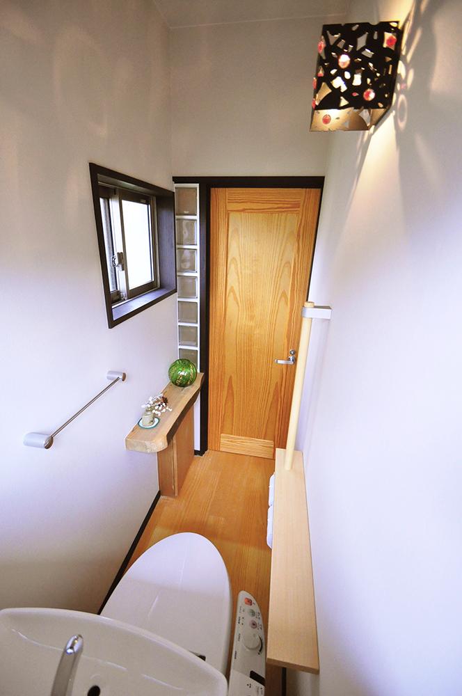 ドア横のガラスブロックが明るさを招き入れるアクセントに。