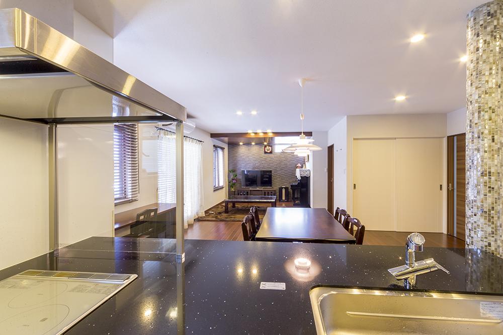 開放的な対面キッチンから望むLDには、家族が触れ合う生活風景が広がります。
