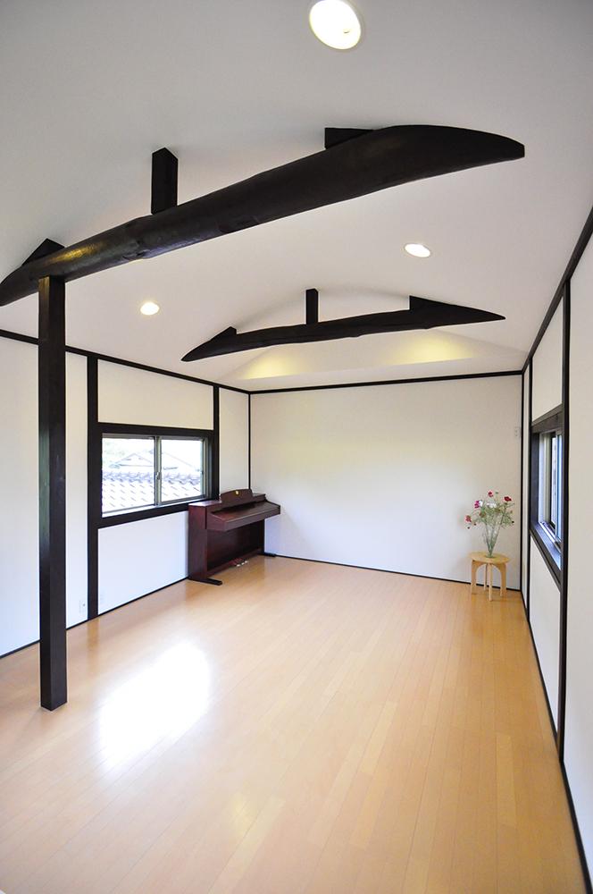 丸太の梁を見せてアーチ型の天井にしたレッスンルーム。