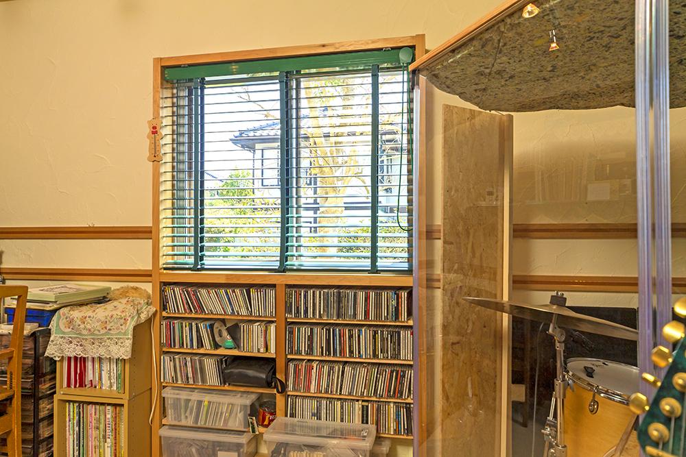 インナーサッシを取り付けたことで生まれた段差に、CDの収納棚を造作。