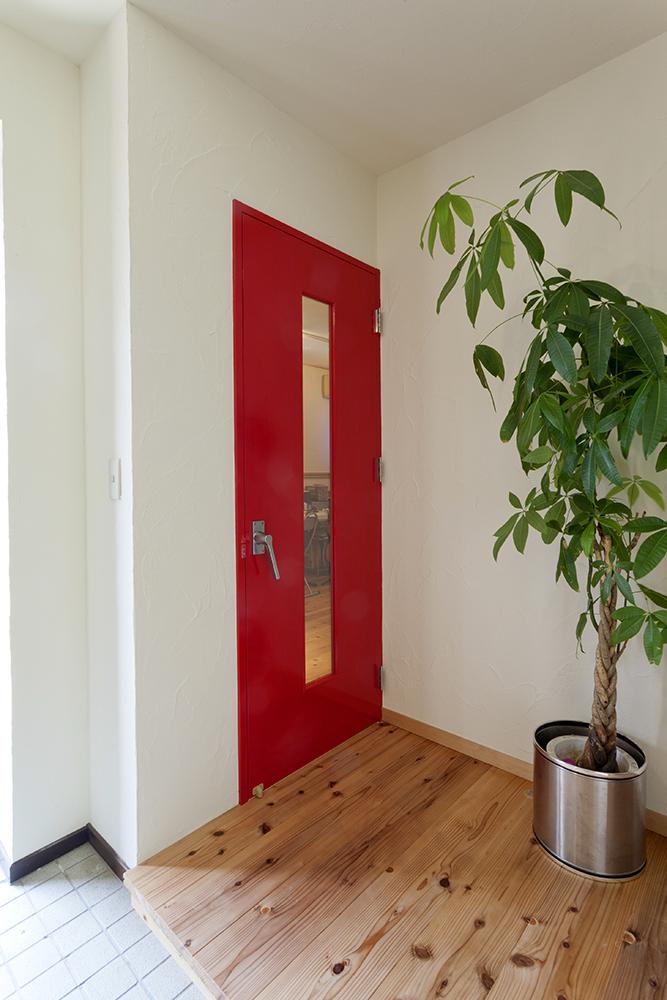 ご夫婦リクエストの真っ赤なドア。簡易防音タイプです。