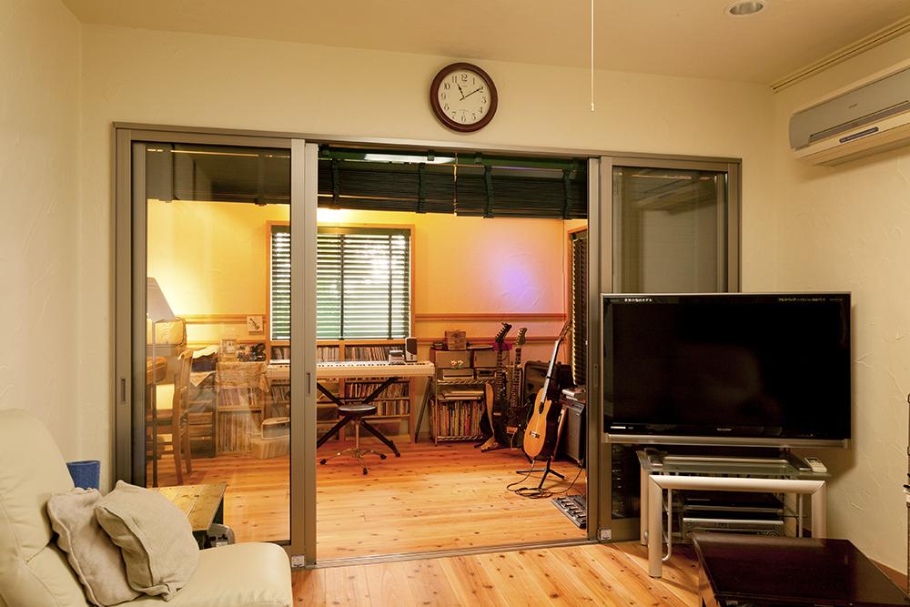 段差をなくして空間の一体化にも配慮。サッシは外壁用のものを使用。