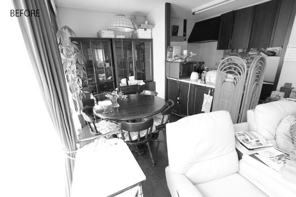 物が多く手狭に感じられるキッチンで、カウンターは物置状態になっていました。