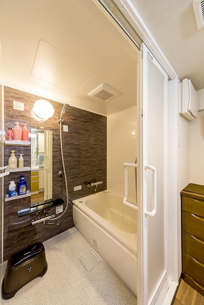 浴室暖房乾燥機を設置。また、入浴時の負担が少ない浴槽高に。