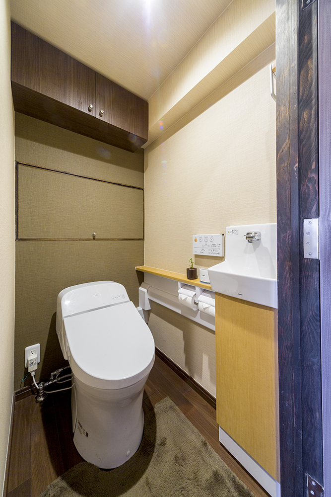 収納たっぷりのトイレ。調和のとれたカラー配色で窮屈さを感じさせません。