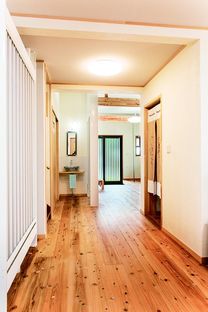 木目が気持ち良い廊下。スギの無垢材は足触りが良く快適。