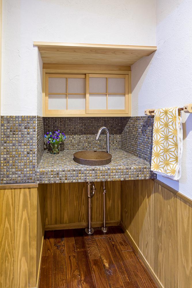 トイレ内の手洗い場。台下をオープンにすることで、広々としたスタイリッシュな印象へ。
