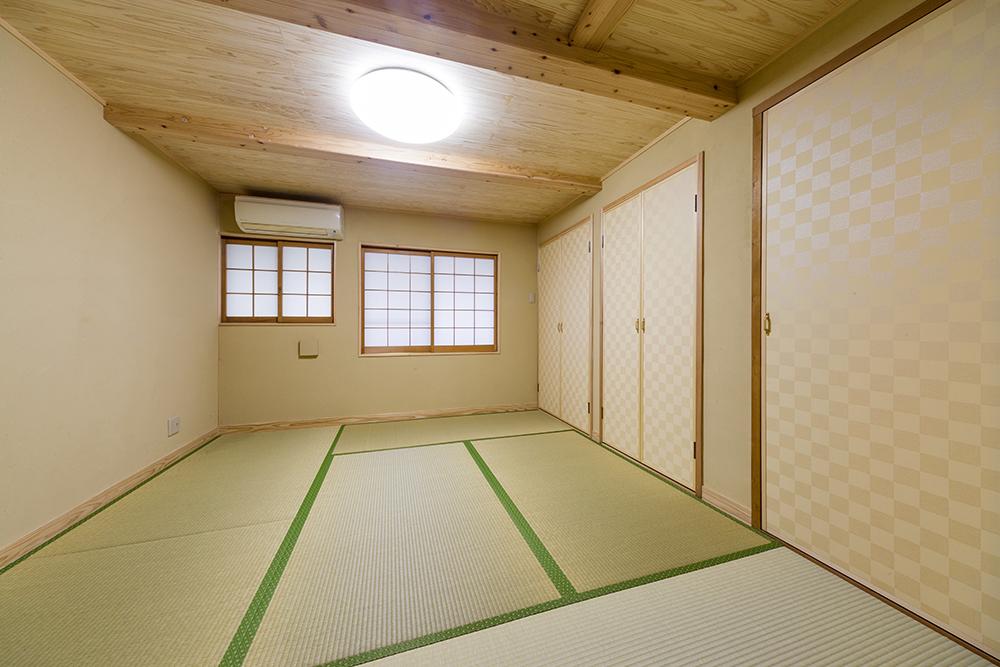 壁を抜いて、4帖から6帖に広げた収納力の高い和室。湿気対策も。