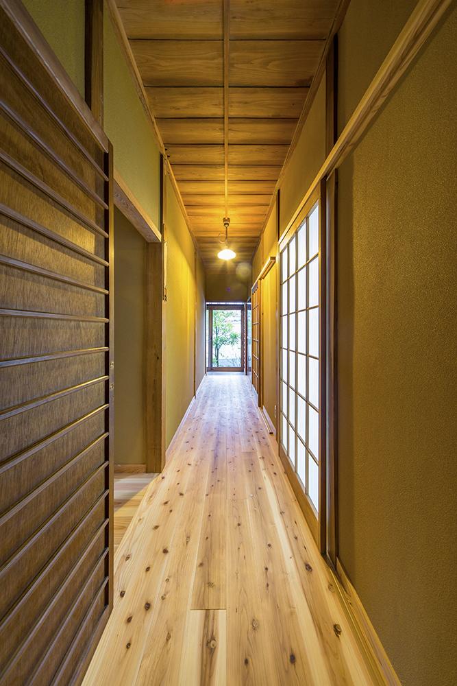 床、壁、照明の変更のみで建具などはそのまま活かした、歴史をつなぐ廊下。