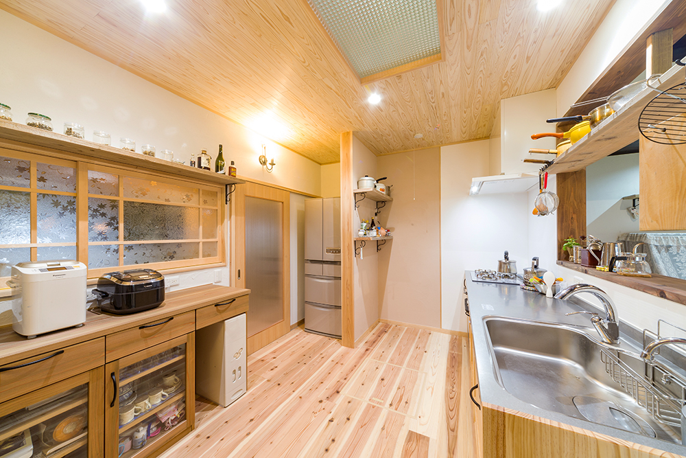 家の中心の和室をキッチンに変え、機能的な動線に。冷蔵庫がぴったり収まっているのは元仏閣。