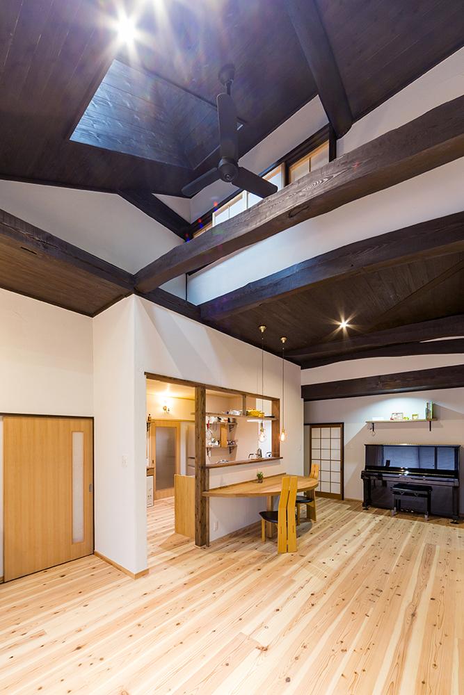 天井板をはがして塗装。どっしりとした梁が風合いとぬくもりを感じさせます。