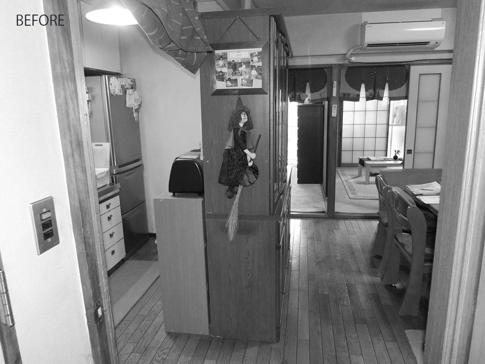 キッチン背面には圧迫感のある食器棚が置かれ、空間が分断されていました。