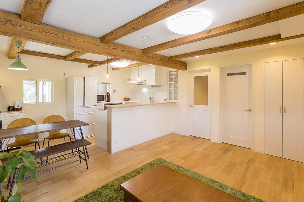 キッチンは対面L型で、同線は短くスペースは広く。