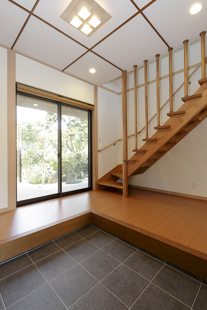 階段は勾配を緩く架け替えたのでお子様にも安心。