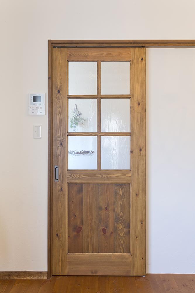LDKへの扉はナチュラルなテイストで。