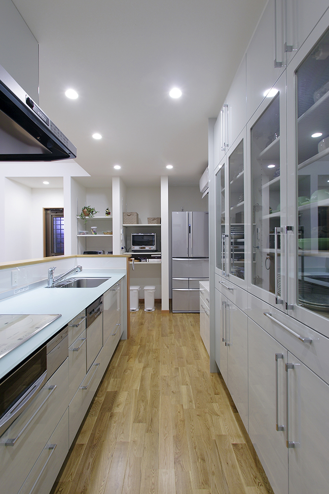 白で統一された明るく爽やかなキッチンは、奥さまが一目で気に入られたもの。
