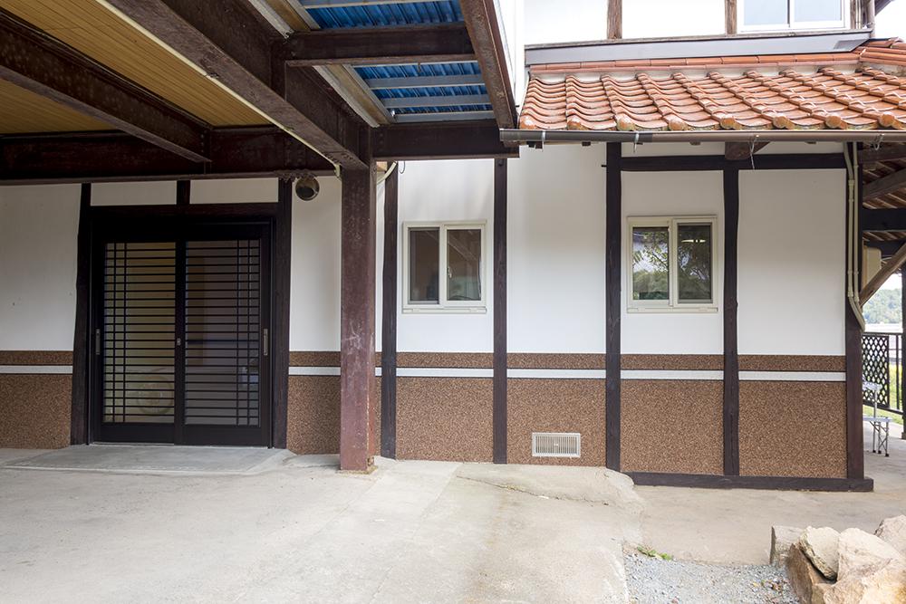 外観は柱や壁を塗りなおし、ホワイトサッシの窓を設けたことで和洋折衷の雰囲気。