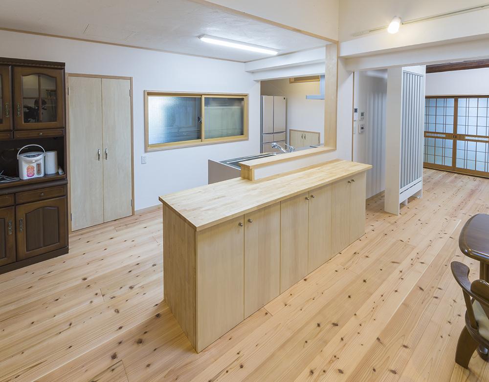 収納付きキッチンカウンターやパントリーを造作して、すっきりと生活感をかくします。