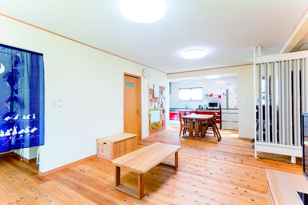 2か所のトップライトとLEDの光をスギの床が優しく受け止めます。