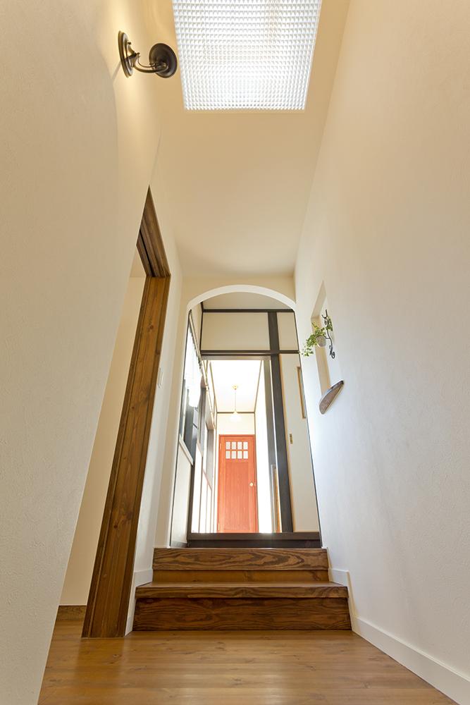 階段上にはトップライトを採用し明かりを確保。