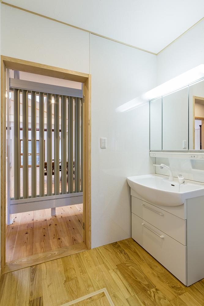 LDKに隣接する洗面室。ラジエーターがLDKからの視線を遮り、プライベートゾーンを守ります。