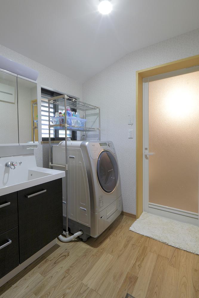 洗面所は水に強いクリの床。音響システムを装備したヤマハのシステムバスも合わせて、寛ぎ感アップ。