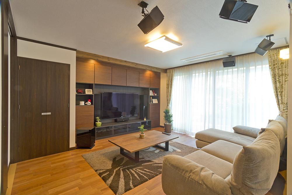 65型TVと7.1chスピーカーのホームシアターです。