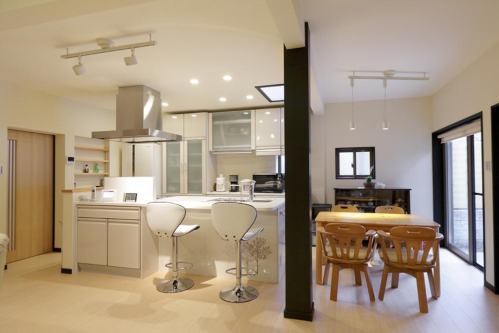 隣接していたDKと和室を一つの開放的な空間へ。キッチンもオープンなアイランド型に。