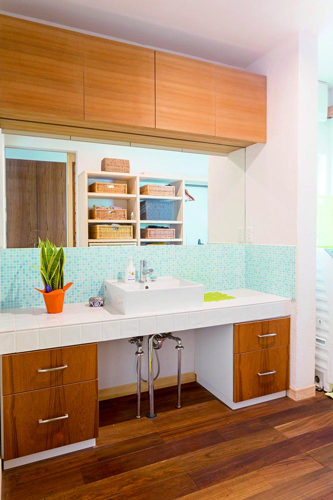 温かみある脱衣室。タイルは浴室と統一感を持たせています。