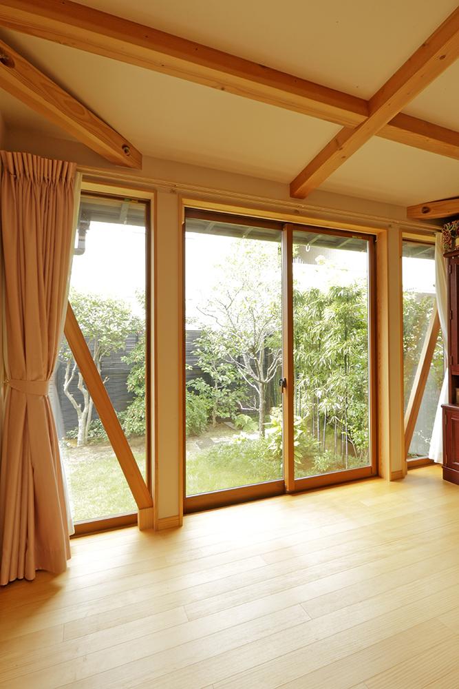 リビングから庭を望む窓に設けた筋交い。壁にせず広い開口部を確保しています。