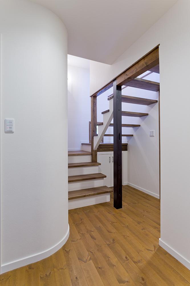 階段左のRになっている側には水廻りを配置。