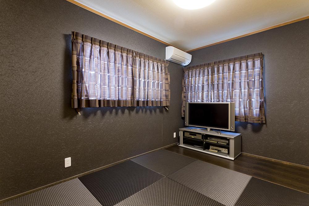 黒を基調にした落ち着きのあるご主人の部屋。