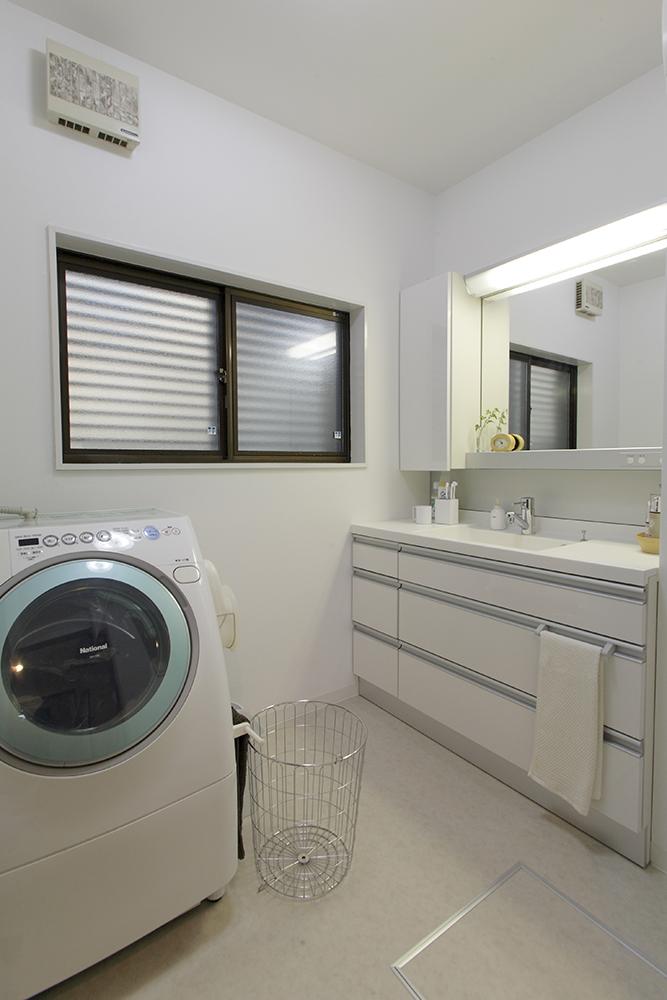 洗面脱衣室は窓をペアガラスにして寒さを解消。