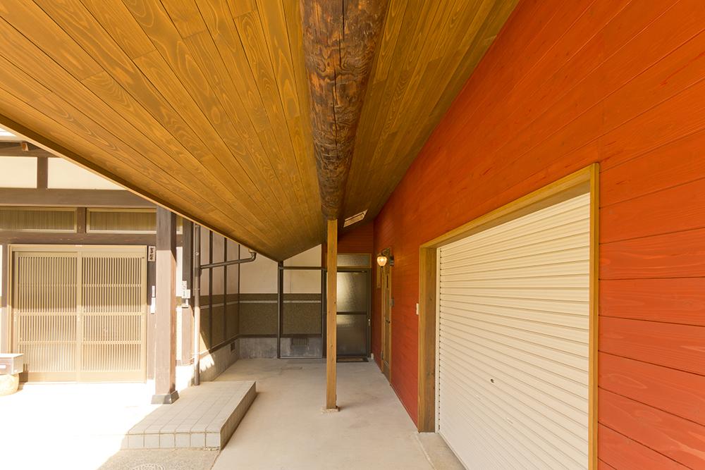 柱を取り換え、杉板を貼った深い庇。