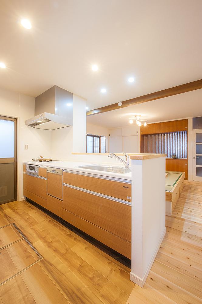 広々としたキッチン台には、手元など目隠しできる腰壁を設置してオープン過ぎず。