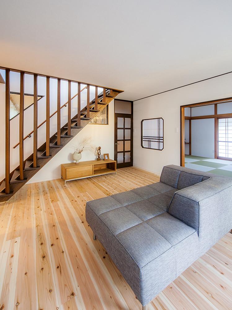 階段、建具などが味わいを醸すリビング。調湿機能を備えた珪藻土クロスを採用。
