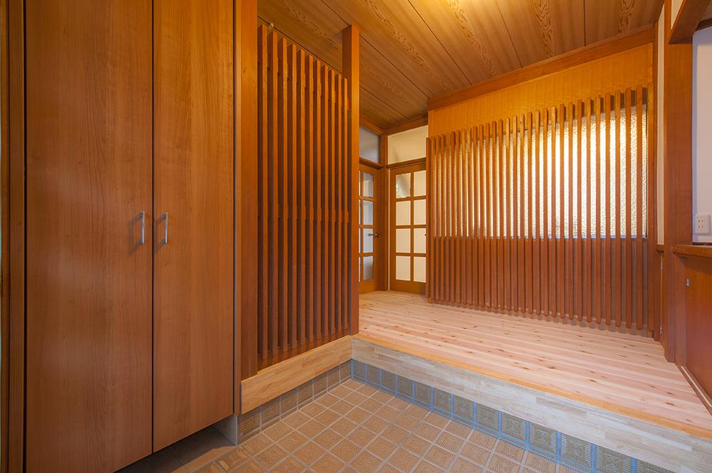 玄関ホールも、もてなし感あふれる趣はそのままに、足触りの良い床に張り替え上質さをアップさせました。