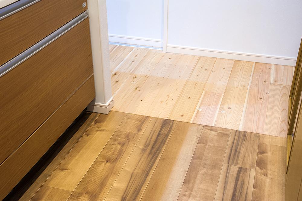 キッチンとトイレ・洗面の床材は水に強いクッションフロアに切り替え。