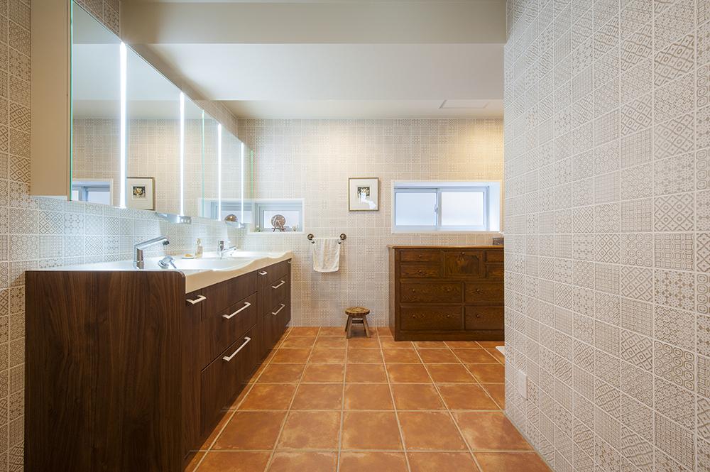 ホテルのような空間を意識した洗面室は、混雑する朝のことを考えツーボウル設置。