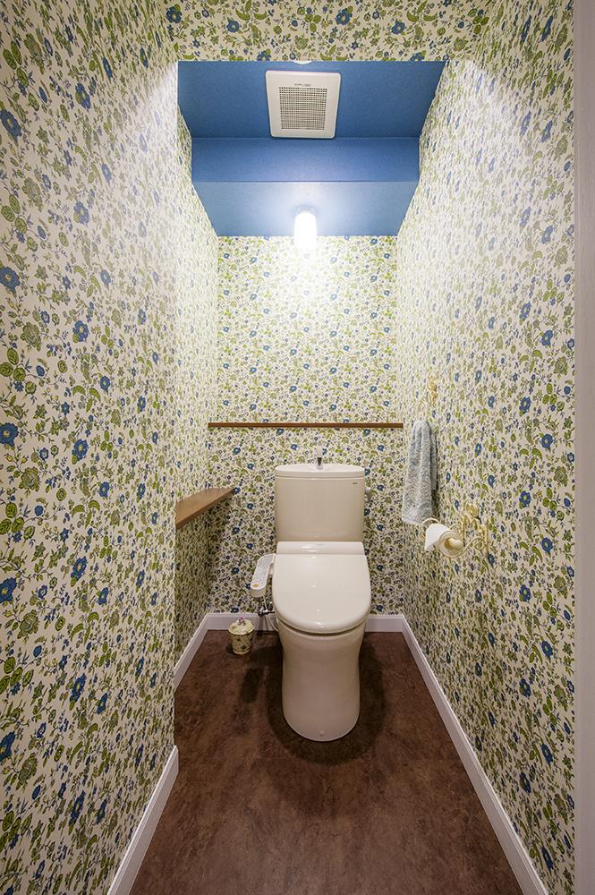 白いドアを開けば、大胆な花柄に、と天井のみ単色使い。