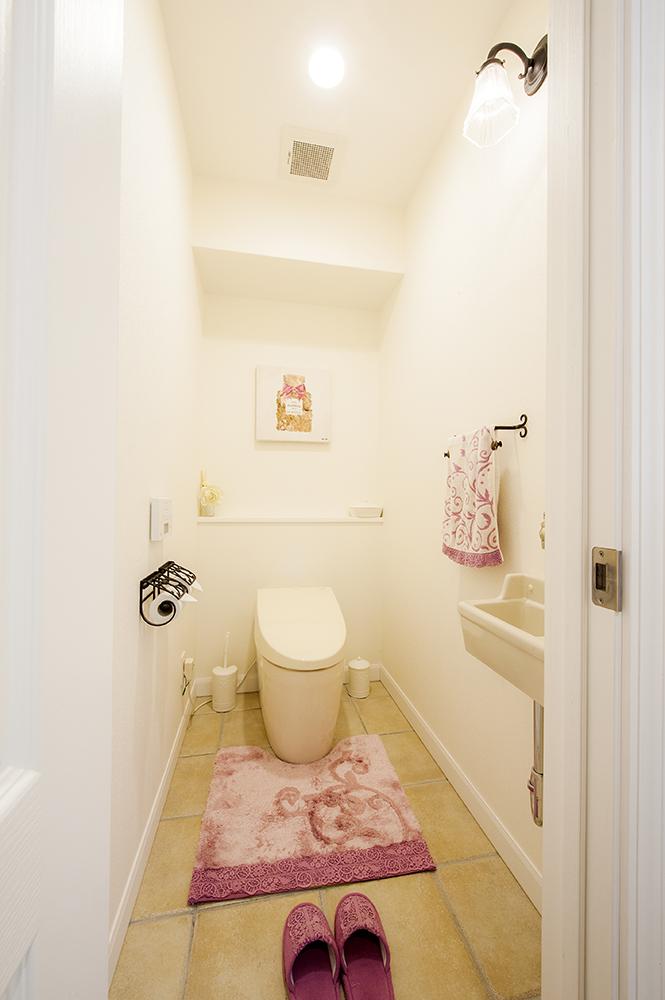 もうひとつ設置したトイレは印象をガラリと変えて可愛らしく。