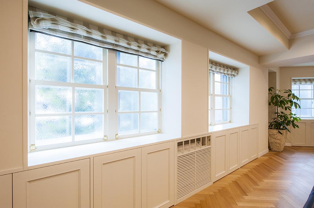 内壁を設置し出窓風に。窓下の壁は収納に、エアコンも床置きタイプを納めてスッキリと。