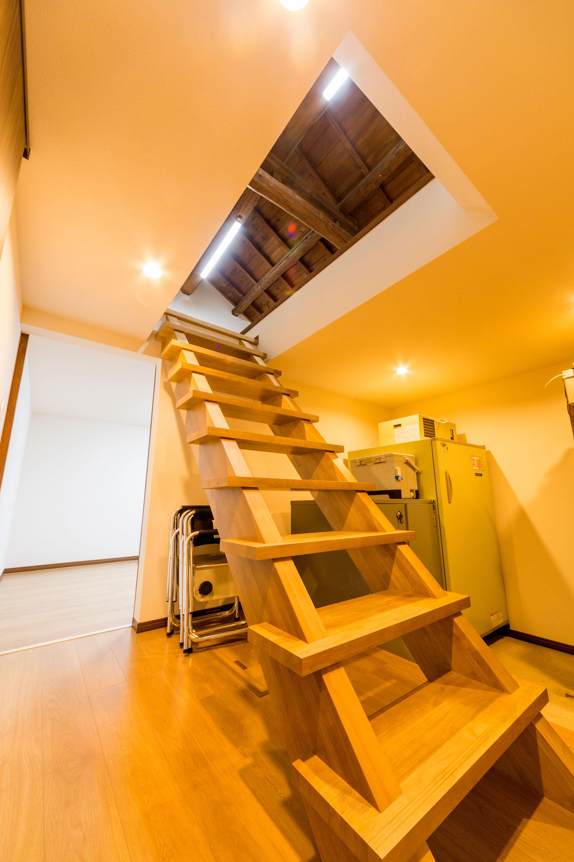 古い蔵は梯子スタイルの階段を設け、使いやすい納戸へと生まれ変わりました。