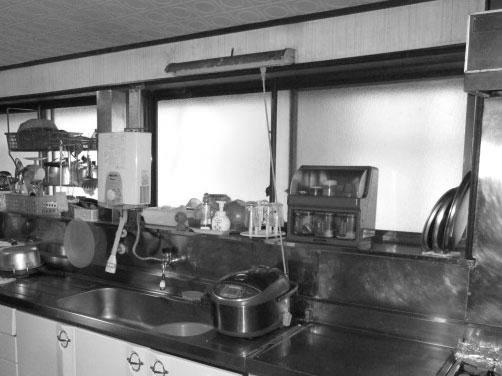 土間に囲まれていた北側の寒いキッチン。