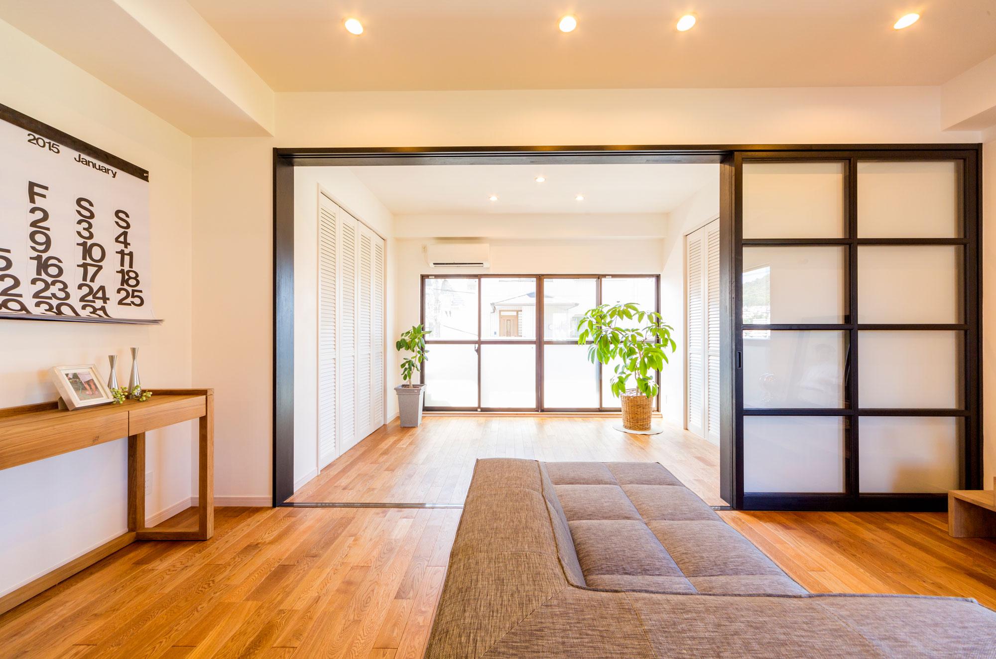 LDKと洋室のつながり。ガラス引き戸にしたことで、空間全体に明るい光があふれます。