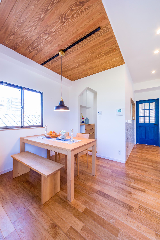 天井は無垢の杉板。床はナラとバーチ、二種類の無垢材を張り分けています。