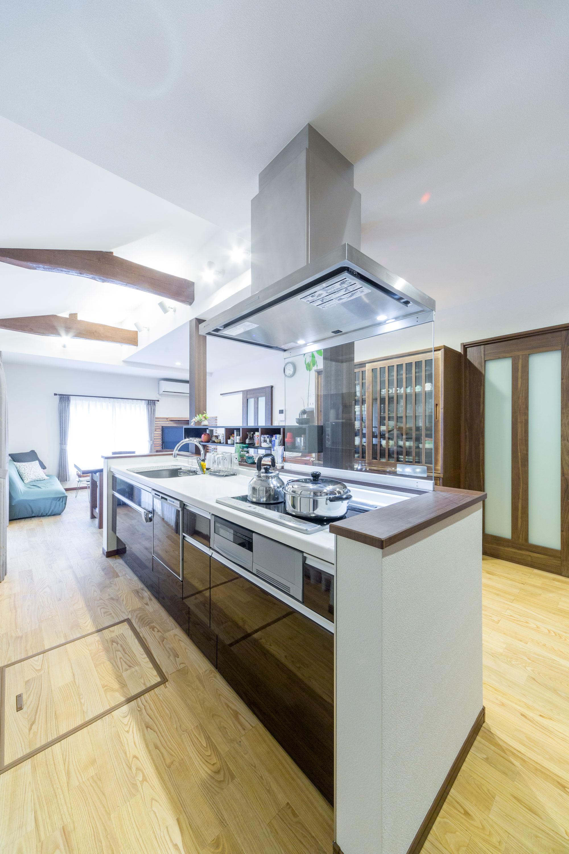 生活動線が考えられた回遊性のある対面キッチン。