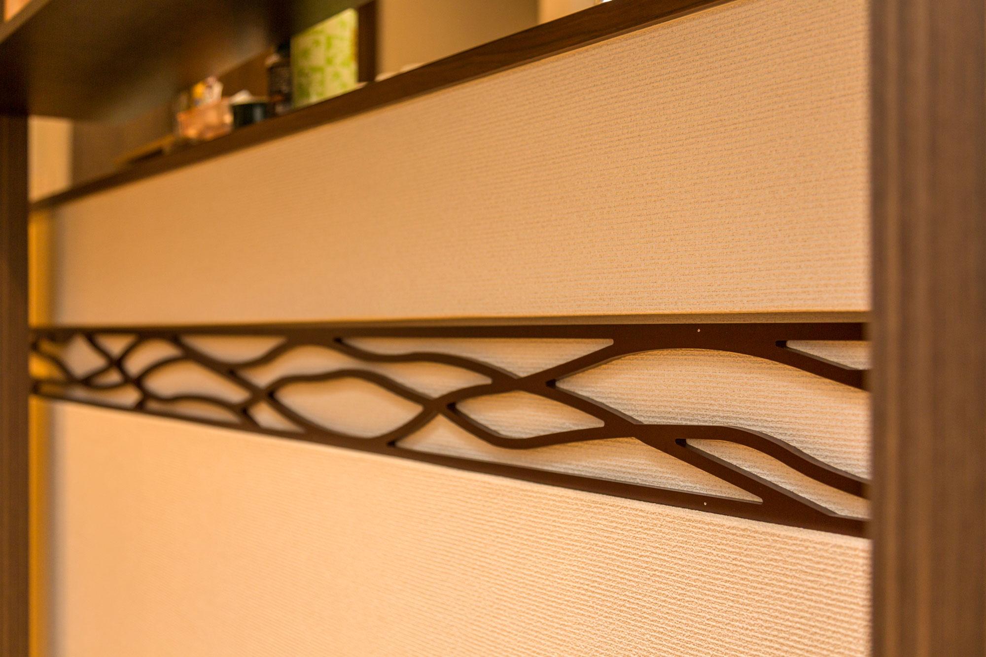 欄間調にデザインし造作したもの。キッチンコーナーのアクセントに。