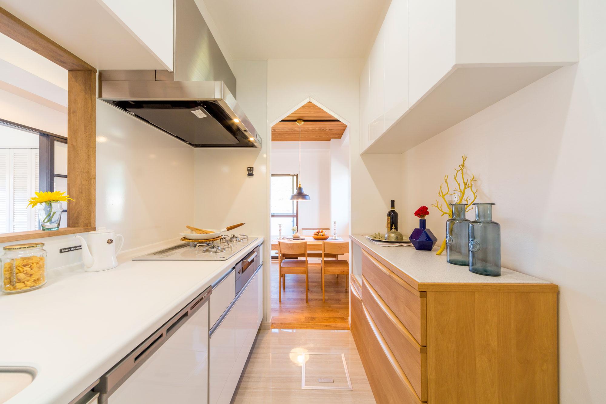 リビング側にカウンター、ダイニング側に開口部を設置。独立性と開放性を両立したキッチン。